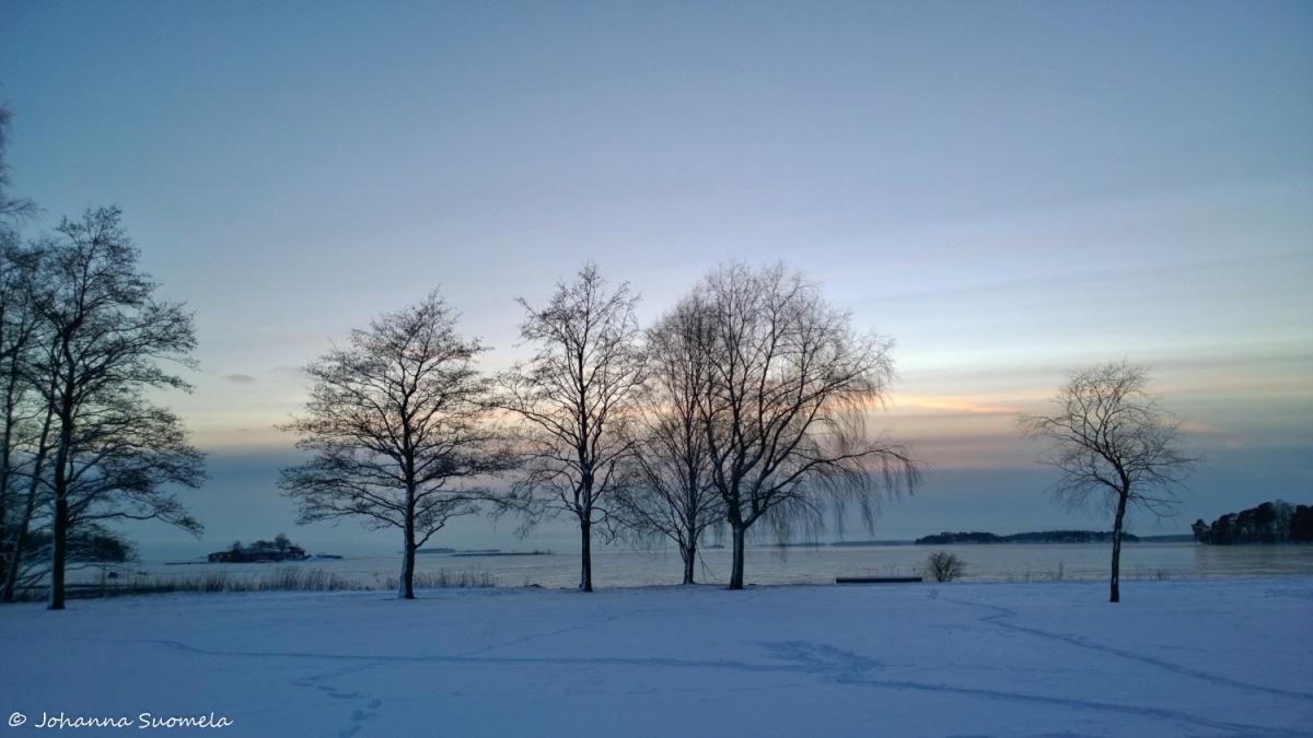 Auringonlasku jalkia lumessa