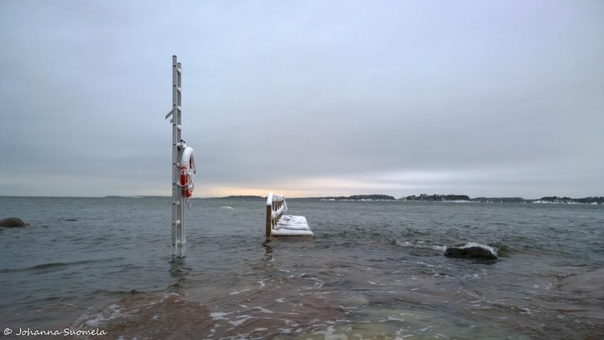 Meri tulvii laituri pelastusrengas