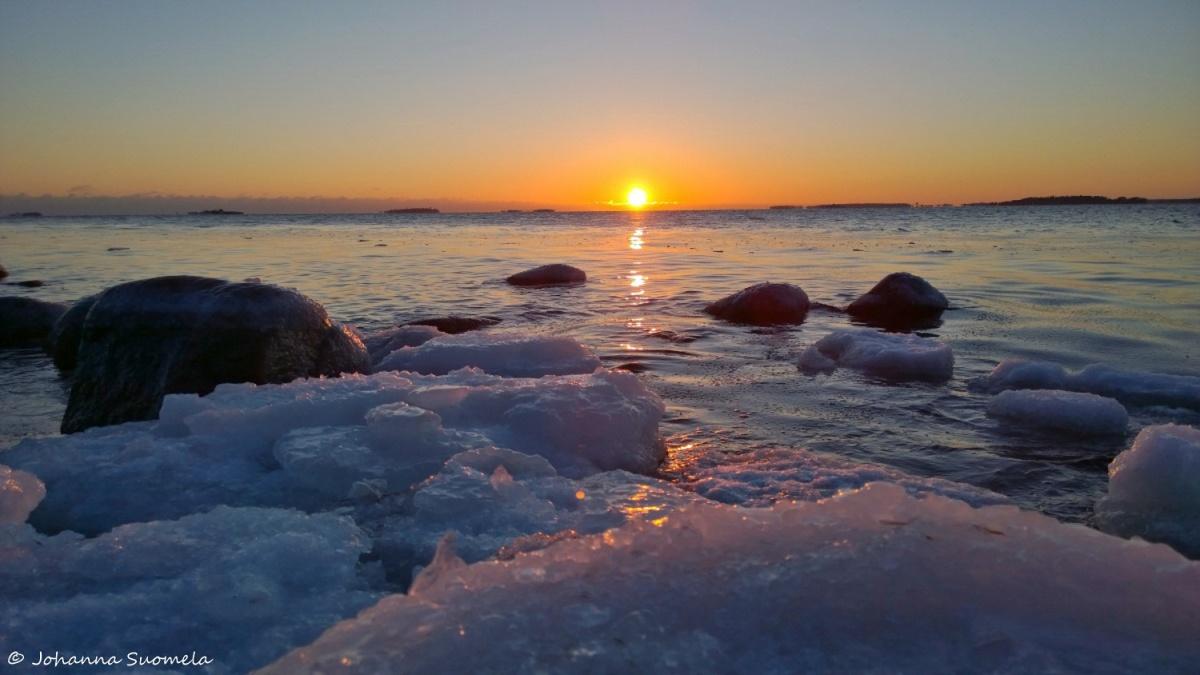 Auringonlasku jaatyva meri